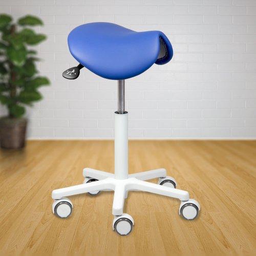 Sinivalkoinen Ergonea 102 satulatuoli ergonominen kapea kotimainen satulatuoli pyörillä ammattikäyttöön Ergonea 102 sopii pienen ristikkonsa ansiosta monenlaiseen tilaan